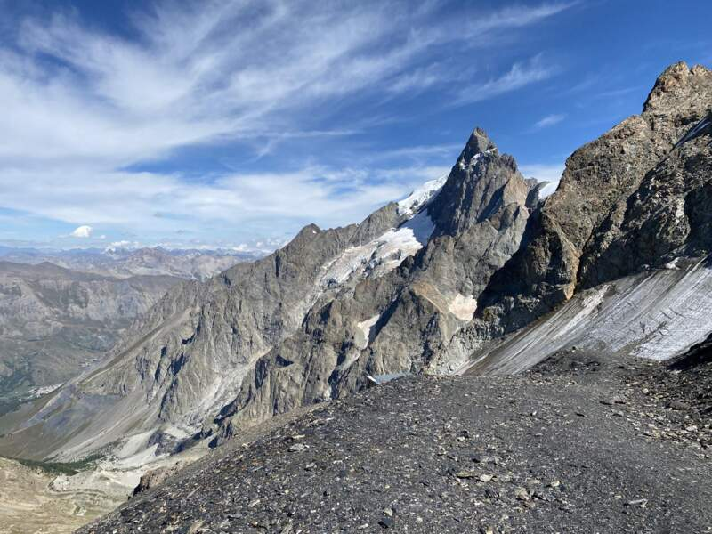 Du haut de ses 3983 m, le massif de la Meije domine le village de La Grave