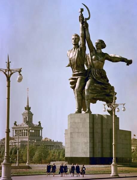 La statuaire publique est aussi de dimensions gigantesques