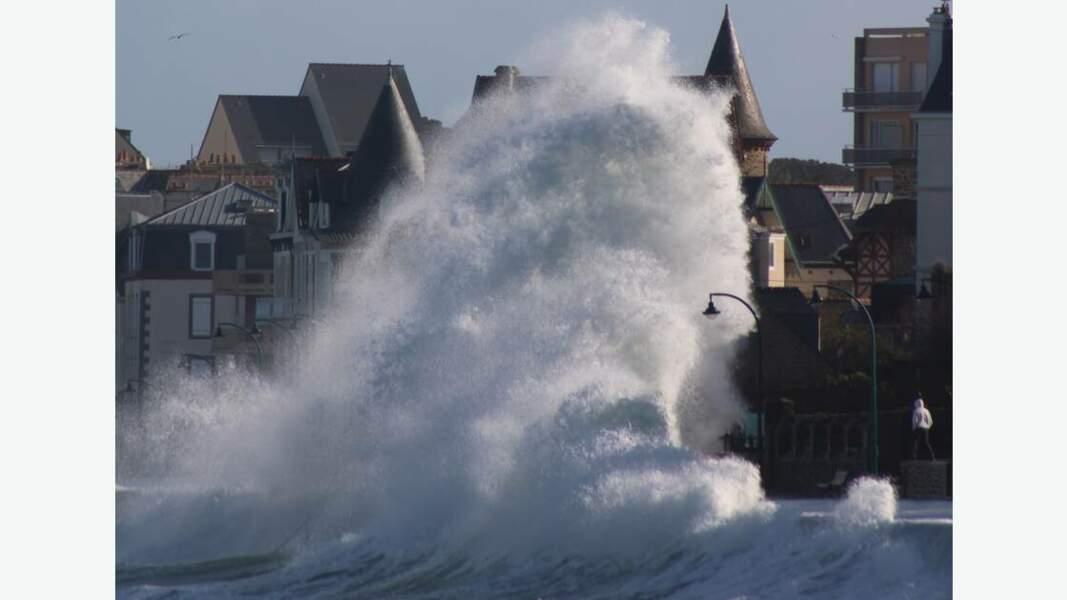 Les vagues à l'assaut de la ville par Morgane Lebret