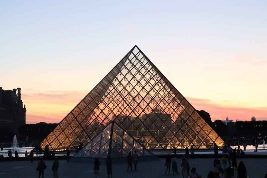 La pyramide du Louvre (France)