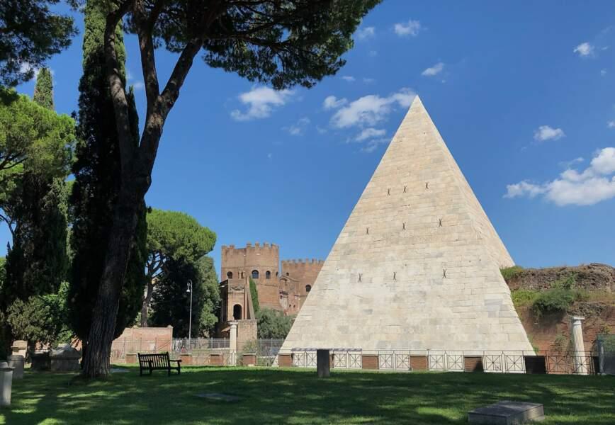 La pyramide de Cestius (Italie)